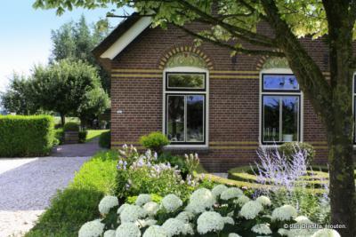Boerderij in Blokland met jugendstilmotieven boven het raam