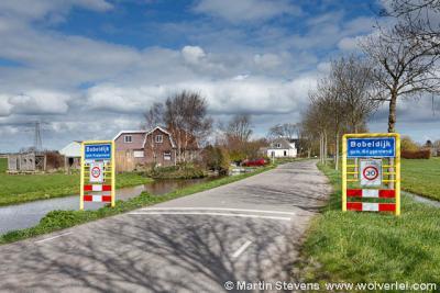 Bobeldijk wordt ter plekke wél erkend als woonplaats met officiële blauwe plaatsnaamborden (komborden), maar heeft in 1978 helaas geen eigen postcode en postale plaatsnaam gekregen, waardoor men voor de post zogenaamd 'in' buurdorp Berkhout woont.