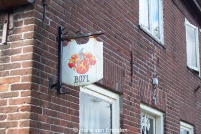 Dat aan de gevel van dit pand een bord hangt met de Friese (en wellicht vroegere officiële) spelling van het Stellingwerfse Boijl is nog tot daar aan toe...