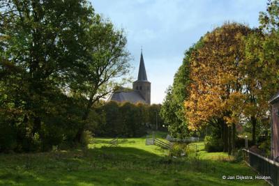 De Hervormde kerk van Boksum in de bomen