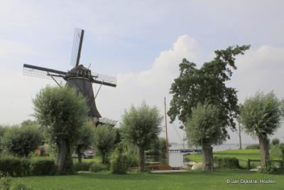 De Sweachmermolen prachtig gelegen aan de Langwarder Wielen, uit alle windstreken zie je de molen al van ver. Bijzonder is dat het na diverse restauraties de enige molen in ons land is die als korenmolen én als poldermolen kan fungeren.