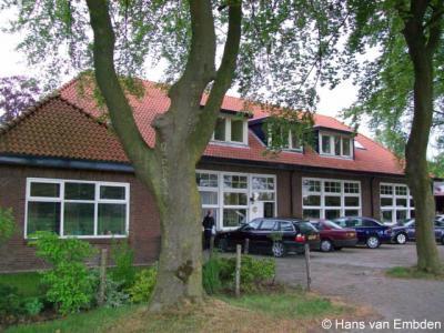Brinkheurne, de in 1977 gesloten basisschool is tegenwoordig in gebruik voor reparatie en verkoop van landbouwwerktuigen