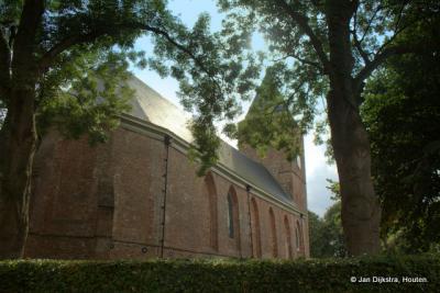 De Hervormde kerk van Buitenpost in de bomen
