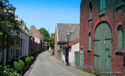 Een straatje in Buren, op een zonnige dag