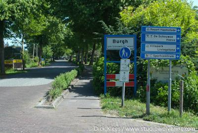 In het centrum van het dorp Burgh-Haamstede staan witte bordjes die de grenzen van de dorpsdelen Burgh en Haamstede aangeven
