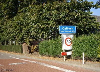 Calfven is een buurtschap met een eigen bebouwde kom, met officiële blauwe plaatsnaamborden (komborden) en een 30 km-zone, maar voor de postadressen ligt Calfven 'in' Ossendrecht.