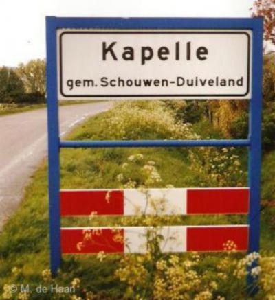 Capelle (buurtschap van Nieuwerkerk) heette in ieder geval in 2002 nog Kapelle, getuige deze foto uit dat jaar.