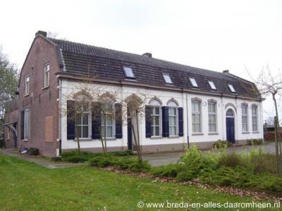 Chaam, De Oude School (Bredaseweg 59) is een voormalige protestantse School met de Bijbel (© van alle foto's: www.breda-en-alles-daaromheen.nl)