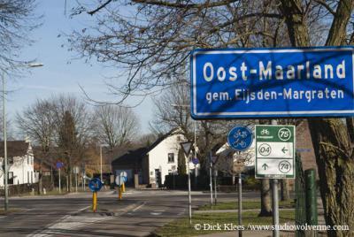 Oost-Maarland is een dorp met officiële blauwe plaatsnaamborden (komborden), maar voor de postadressen ligt het 'in' Eijsden.