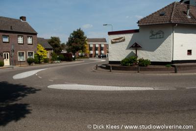 Partij, de kern van het dorp wordt gekenmerkt door twee haakse bochten in de doorgaande weg