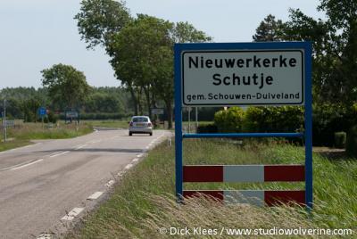 Nieuwerkerke Schutje, plaatsnaamborden begin en einde op één foto, geeft iets aan over de omvang.