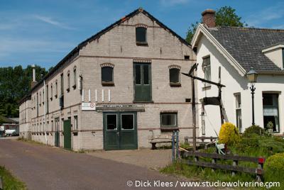 Burgh-Haamstede, voormalige schuur van bollenhandel Van Waveren, later loods en werkplaats van Gemeentewerken. Het pand is enkele jaren geleden afgebroken.