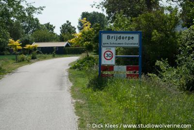 Brijdorpe heeft geen bebouwde kom en dus witte plaatsnaamborden, maar het is/heeft wel een 30 km-zone