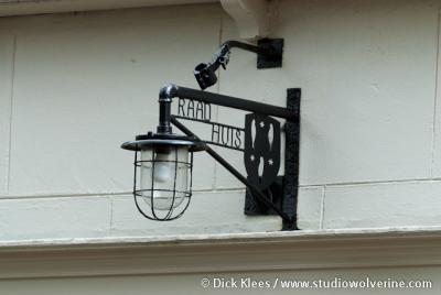 Biggekerke, lamp van'het oude raadhuis boven de deur
