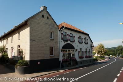 Oud-Valkenburg, Bar-Restaurant De Valk en woning in mergel