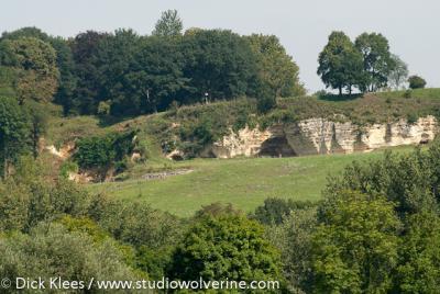 De herkomst van de gebouwen in mergelsteen vinden wij o.a. in de groeve direct N van Oud-Valkenburg