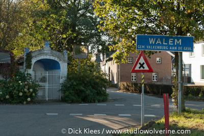 De buurtschap Walem heeft een bebouwde kom en heeft daarom blauwe plaatsnaamborden. Tevens heeft deze een eigen postcode en plaatsnaam in het postcodeboek en is daarmee een formele woonplaats.