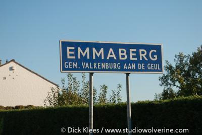 De buurtschap Emmaberg, tussen Valkenburg en Hulsberg, heeft een eigen 'bebouwde kom' en heeft daarom blauwe plaatsnaamborden (komborden)