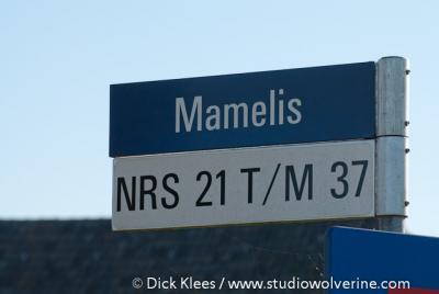 Mamelis, straatnaam- en buurtschapsbord
