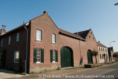 Merkelbeek, monumentale carréhoeve aan de Houtstraat (Douvergenhout)