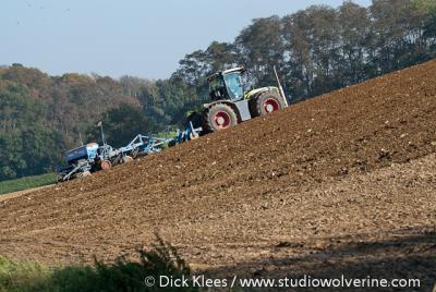 Viel, tractor, zaaiend op helling