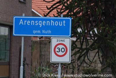 Arensgenhout heeft - in tegenstelling tot de meeste andere buurtschappen - blauwe plaatsnaamborden en heeft daarmee een eigen 'bebouwde kom', met 30 km-zone. En terecht natuurlijk. Door zo'n mooie buurtschap moet je ook niet harder wíllen rijden...