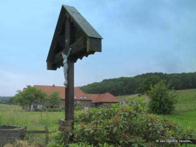De Zwarte roodstaart op het hek heeft zijn nest in het wegkruis.