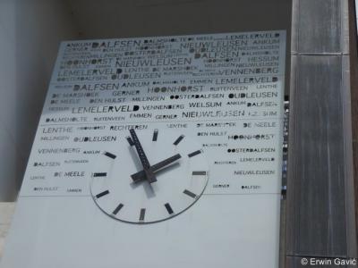 Op de klok bij het gemeentehuis van Dalfsen staan alle dorpen en buurtschappen van de gemeente vermeld.