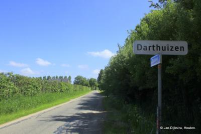 Buurtschap Darthuizen heeft sinds 2013 eindelijk zijn plaatsnaamborden (!), zodat je nu tenminste kunt zien wanneer je erin komt en er weer uit gaat...