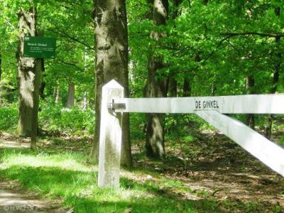 Buurtschap De Ginkel heeft geen plaatsnaamborden. Alleen op dit hek staat de naam aangegeven.