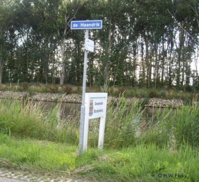 Beetje jammer dat De Haandrik, in tegenstelling tot de meeste andere buurtschappen in de gemeente Hardenberg, geen plaatsnaambordjes heeft; je kunt dus alleen aan de gelijknamige straatnaambordjes zien dat je daar bent aanbeland.