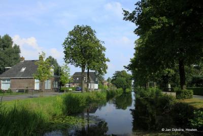 Het dorp De Knipe ligt als een lintbebouwing - met daarnaast een compacte dorpskern - aan de Schoterlandse Compagnonsvaart.