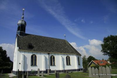 De Protestantse (PKN, voorheen Hervormde) Nij Brongergea Tsjerke in De Knipe, gezien het witgepleisterde exterieur ook bekend als het Witte Kerkje, dateert uit 1661.