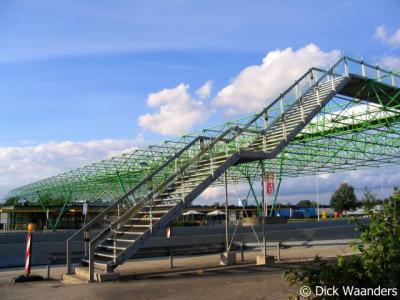 De Poppe, de loopbrug over de A1 die de Nederlandse en Duitse verzorgingsplaatsen met elkaar verbindt