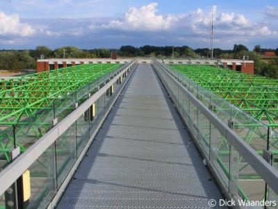 De Poppe, de imposante loopbrug over de A1 vormt, sinds een grenscorrectie in de jaren '90, ter plekke de grens tussen Nederland en Duitsland. Zie ook de plattegrond hierboven.