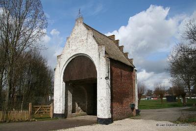 Het grondgebied van de huidige gemeente Houten kende in het verleden ca. 15 poortgebouwen bij boerderijen. Zo'n poort bood enige bescherming tegen rondtrekkende landlopers en gaf de boer aanzien. Alleen De Steenen Poort is hier nog van over.