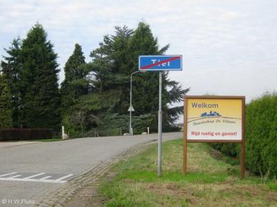 Buurtschap De Veluwe heeft een fraai 'plaatsnaambord'. De naam komt als buurtschap, dus plaatsnaam, nergens voor in atlassen en plaatsnaamlijsten. Kennelijk hebben de inwoners zich pas recent tot buurtschap uitgeroepen.