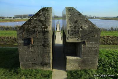 De doorgezaagde bunker aan de Culemborgse zijde van de Diefdijk
