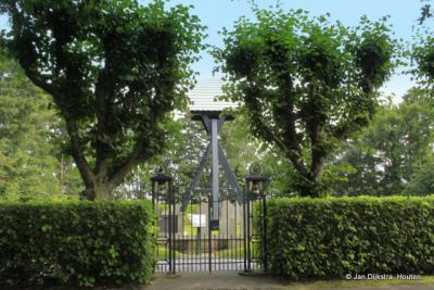 De klokkenstoel van Dijken, achter een mooi hek