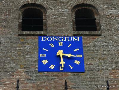 Aan de toren van de kerk van Dongjum bevinden zich prachtige blauwe wijzerplaten, die niet alleen de tijd aanduiden maar je ook nog eens duidelijk maken in welk dorp je je bevindt, mocht je dat bij het betreden van het dorp over het hoofd hebben gezien.