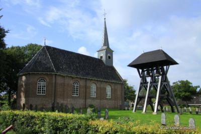 Donkerbroek, de Laurenstsjerke, met de dubbele klokkenstoel van dichtbij