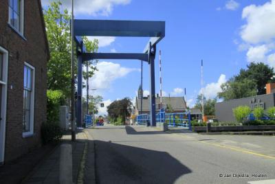 Bij de brug in Driebruggen met over de brug het voormalig gemeentehuis.