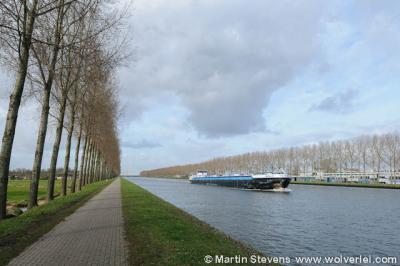 Driemond grenst in het oosten aan het Amsterdam-Rijnkanaal, dat het dorp scheidt van overbuur Weesp
