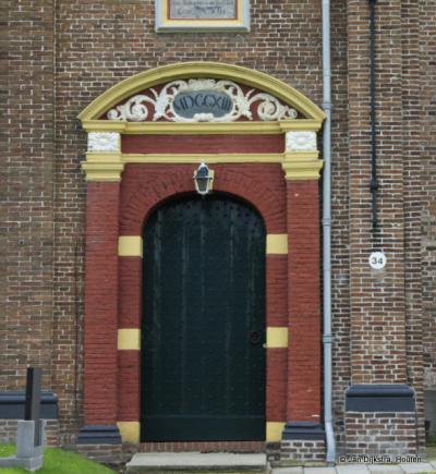 Driezum, poort van de kerk uit 1713