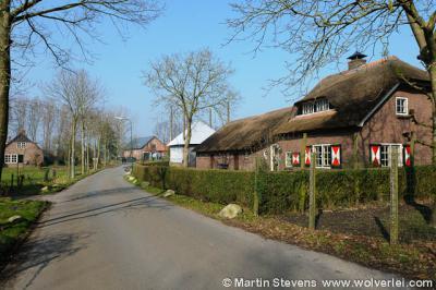 Het kan verkeren; meestal 'promoveren' plaatsen van buurtschap tot dorp tot stad, Eembrugge doet het net andersom en 'degradeert' in de loop der eeuwen van stad tot dorp tot buurtschap. Maar wel een zeer charmánte buurtschap, o.a. met dit soort pandjes.
