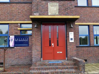 Eenrum, deel van de voorgevel van het voormalige raadhuis. Tegenwoordig is in het pand een galerie gevestigd.