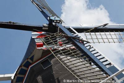 Je kunt door Groningen ook een thematische fiets- of wandelroute uitzetten langs een bepaald type bezienswaardigheden. Bijvoorbeeld molens, waarvan Groningen er nog ca. 100 heeft. Op de foto Molen De Lelie in Eenrum.