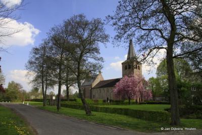 Kerkje uit de 12e eeuw in Eethen. Het ooievaarsnest is verdwenen, maar wie weet...