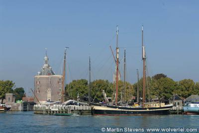 Enkhuizen vanaf het water, met blikvanger en bekendste gebouw van Enkhuizen de Drommedaris - inderdaad, met 2 m'en - uit 1540.