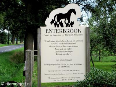 Buurtschap Enterbroek heeft sinds mei 2012 plaatsnaamborden. Voorheen kon je alleen aan dit bord van de lokale dierenarts zien dat je je inmiddels kennelijk in Enterbroek bevond. En dan moest je het Twents nog machtig zijn ook. ;-)